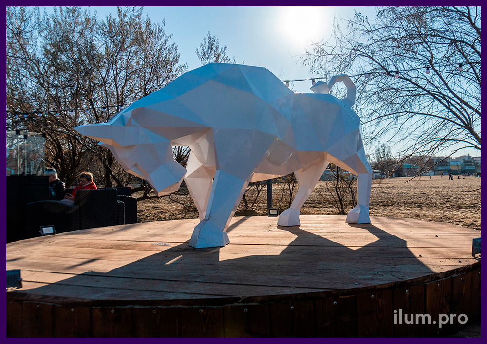 Арт-объект для набережной - полигональный бык белого цвета из стали с порошковым окрашиванием