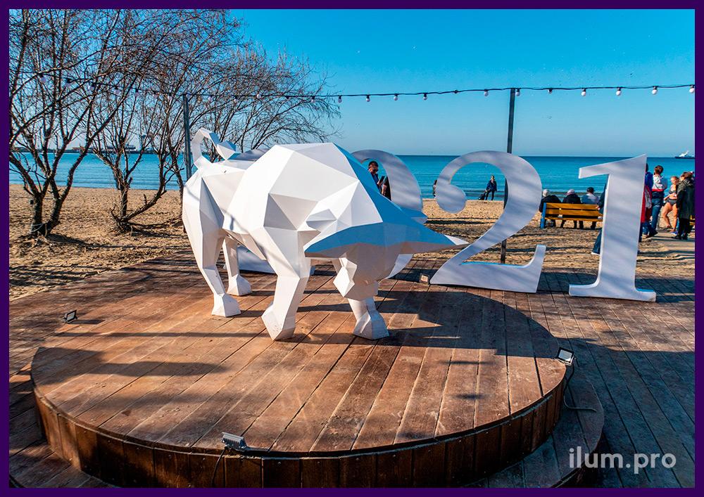 Атакующий бык - стальная фигура в полигональном стиле для украшения пляжа в Анапе