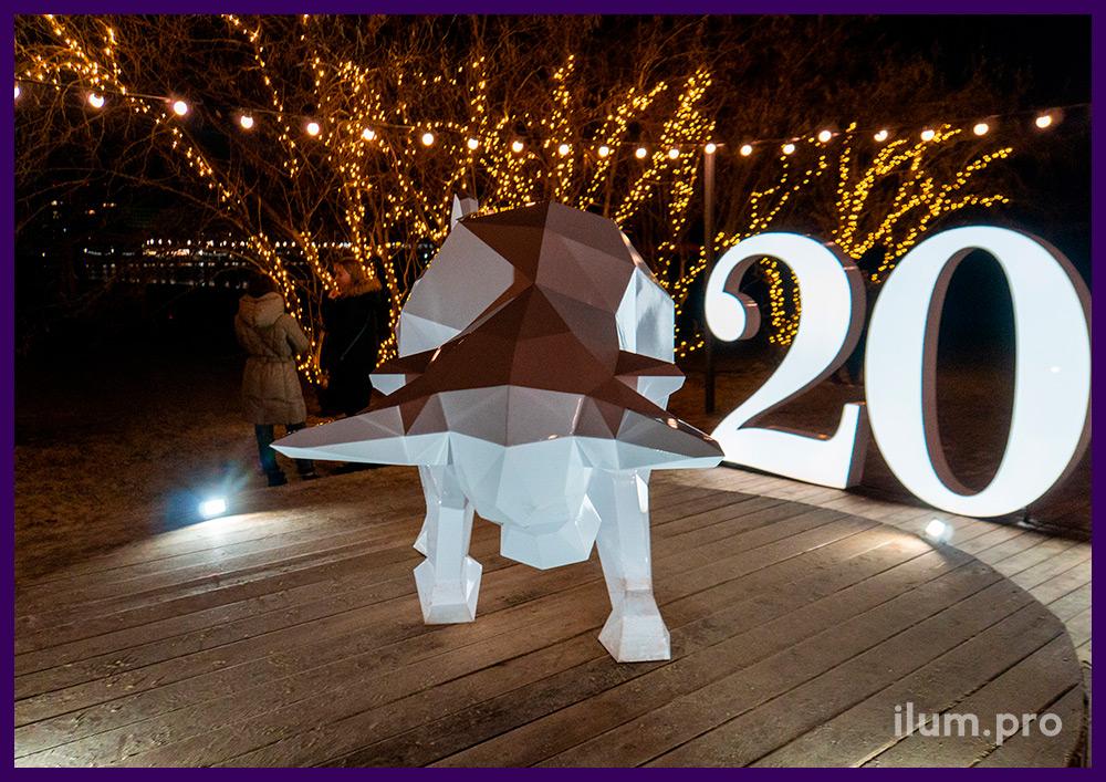 Украшение набережной Анапы символом года - полигональной фигурой стального быка белого цвета