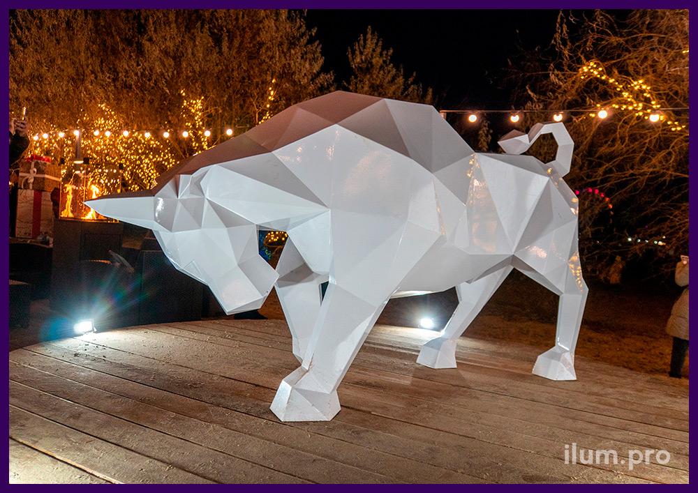 Новогодняя полигональная фигура быка белого цвета из металла для установки на набережной Чёрного моря