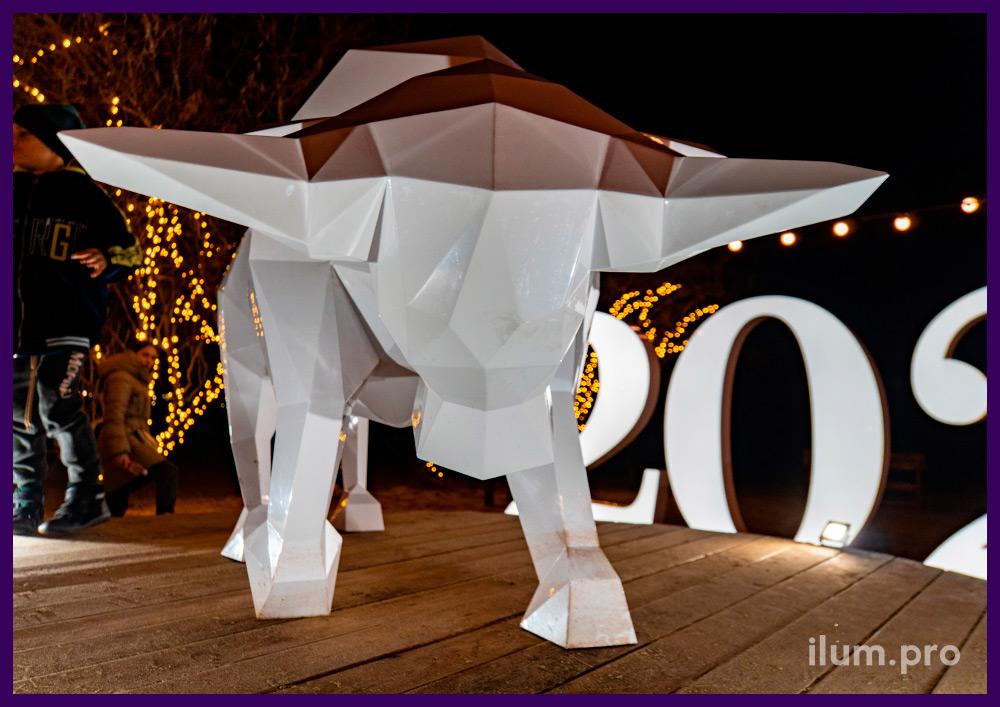 Новогодний арт-объект из металла - полигональный бык белого цвета на пляже в Анапе