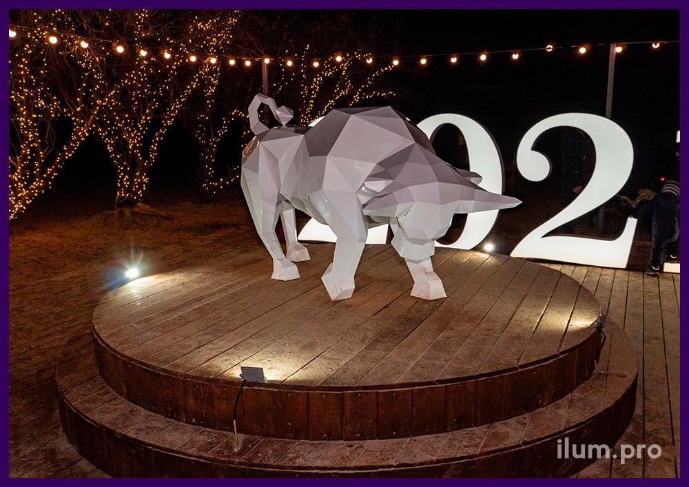 Фигура быка из металла - белая полигональная скульптура на набережной Анапы