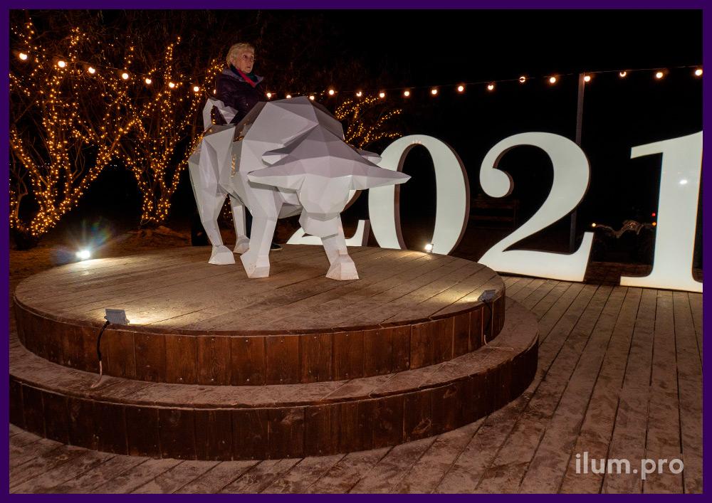 Оформление набережной в Анапе к новогодним праздникам - фигура быка из стали с белой краской