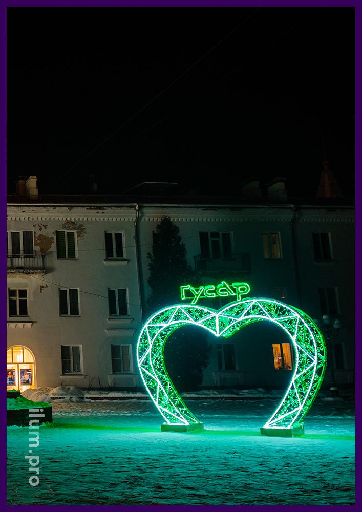 Новогодняя иллюминация с разноцветной мишурой, матовым дюралайтом и стрингом зелёного цвета
