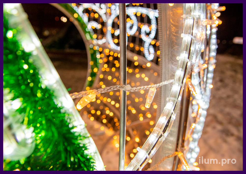 Тёпло-белый светящийся шар с зелёной мишурой и дюралайтом для украшения Чехова на праздники