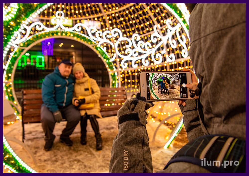 Новогодняя фотозона в Подмосковье в форме ёлочной игрушки из гирлянд