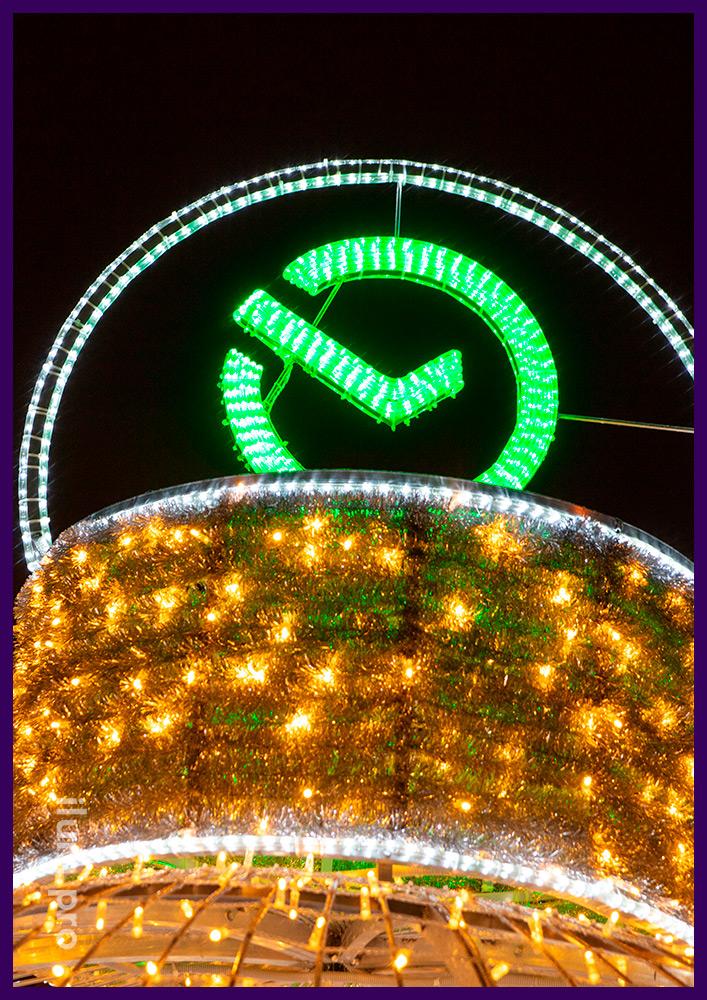 Новогодний шар с макушкой из мишуры и дюралайта зелёного цвета