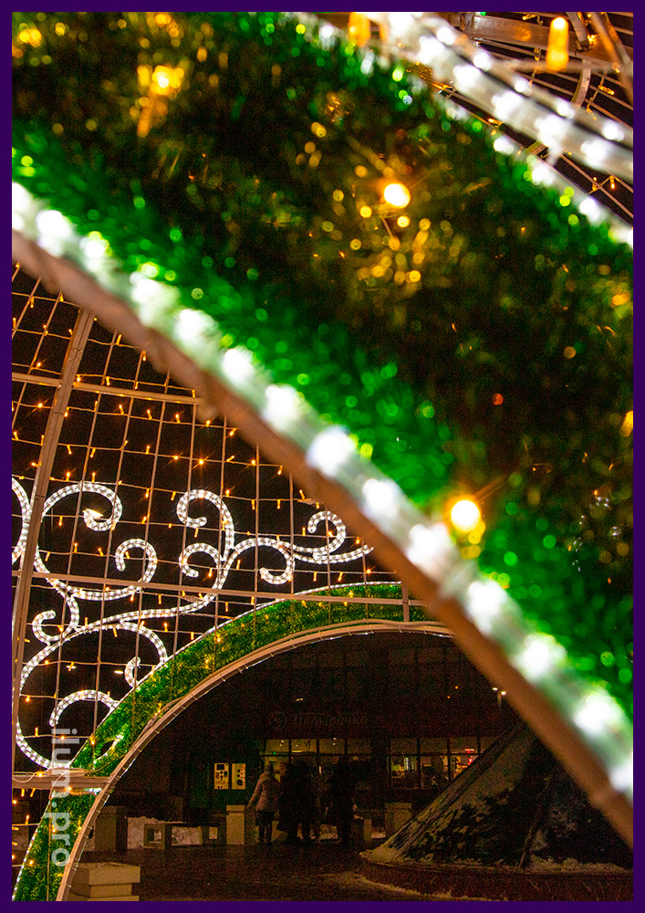 Шар с логотипом сбербанка на фоне из блестящей мишуры, контуры из светодиодного дюралайта, подсветка гирляндами
