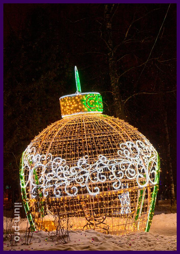 Новогодние декорации с гирляндами и мишурой в форме ёлочных игрушек в Подмосковье