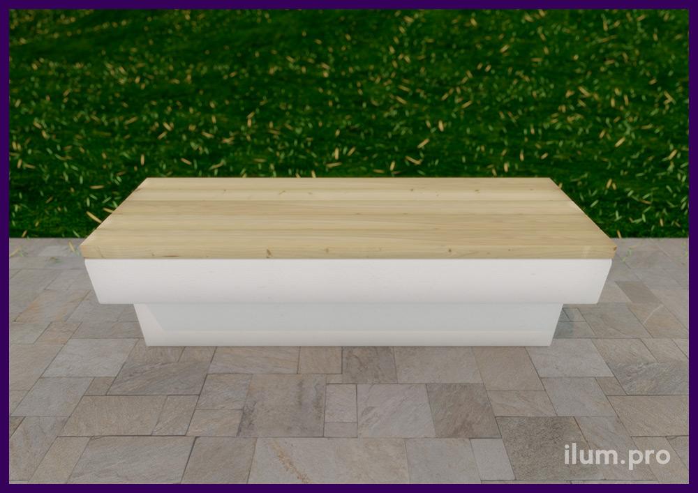Скамейка с бетонным основанием и деревянным брусом для благоустройства территории ЖК