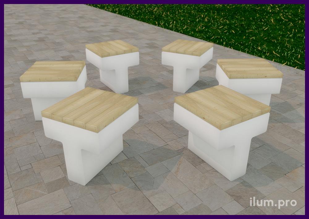 Скамейка из светлого бетона с деревянным сиденьем из обработанного лаком бруса