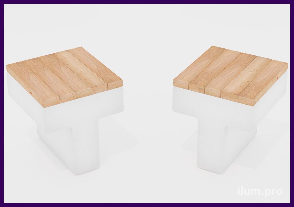 Скамейка бетонная со светлым основанием и деревянным покрытием сиденья