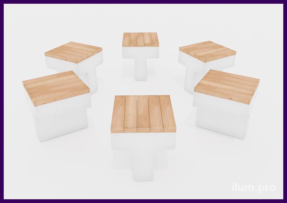 Небольшие бетонные стулья для улицы из досок на бетонном основании светлых оттенков