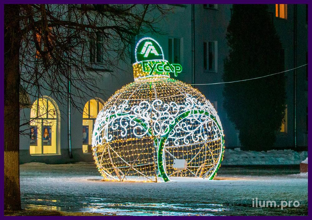 Разноцветная ёлочная игрушка с иллюминацией для украшения площади на новогодние праздники