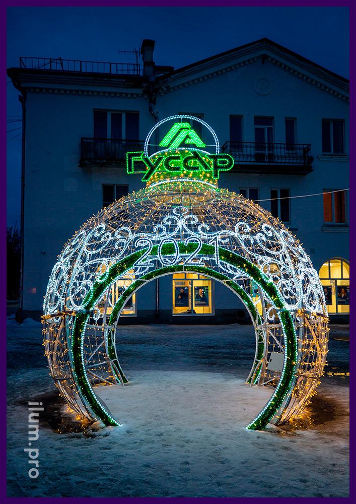 Новогодние декорации с подсветкой в форме ёлочных игрушек с гирляндами и блестящей мишурой