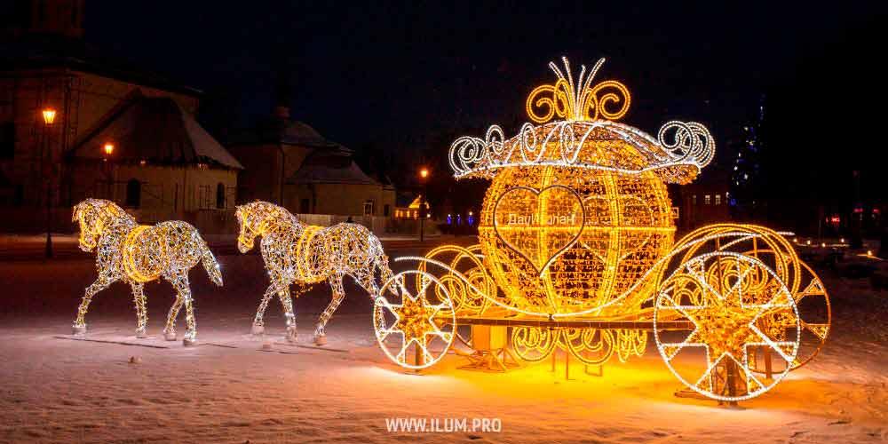 Светящаяся карета с лошадьми из гирлянд и дюралайта в Суздале