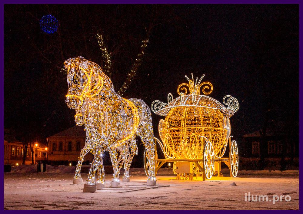 Новогодняя карета с парой белых коней из гирлянд и дюралайта разных цветов на центральной площади Суздаля