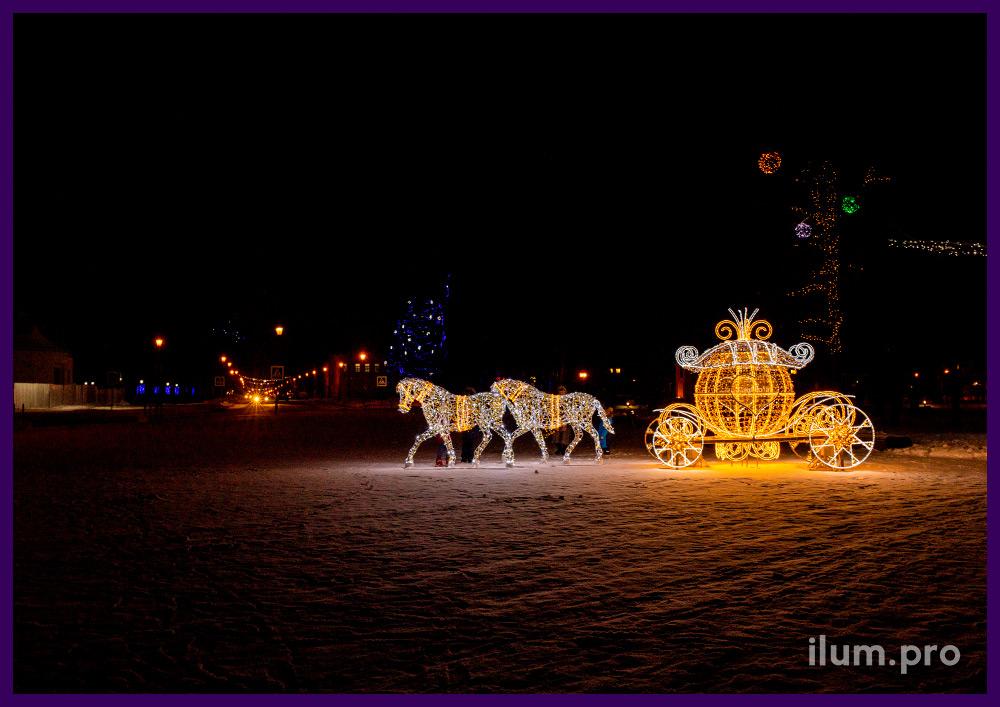 Карета для Золушки из светодиодных гирлянд и дюралайта на металлическом каркасе на площади Суздаля