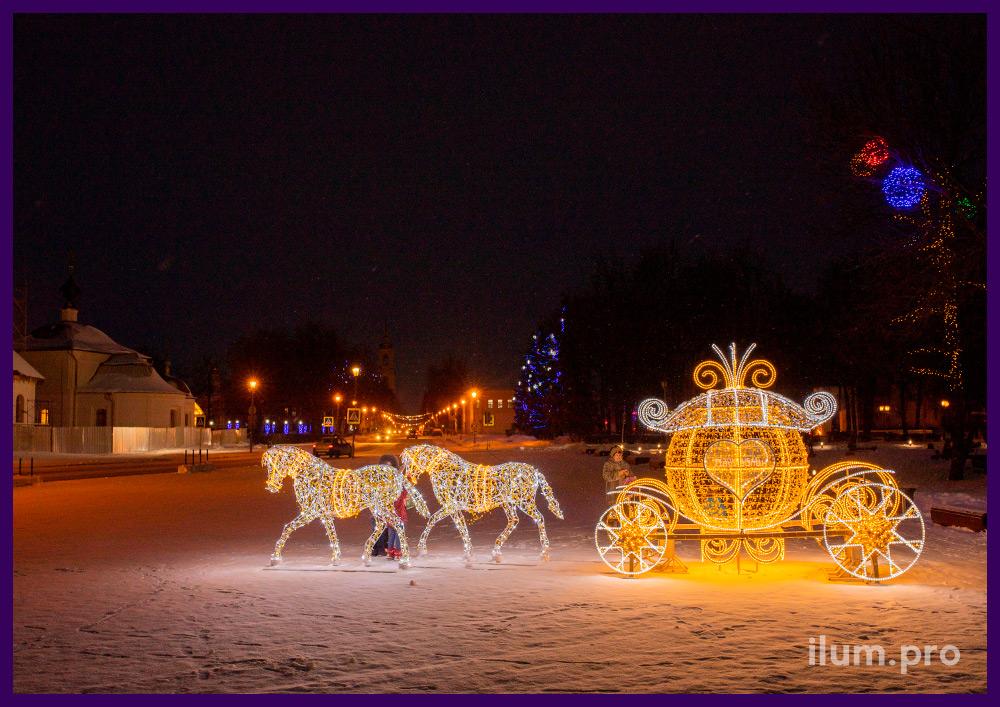 Лошади из алюминиевого прутка и светодиодного дюралайта, блёстки золотого цвета и гирлянды на каркасе