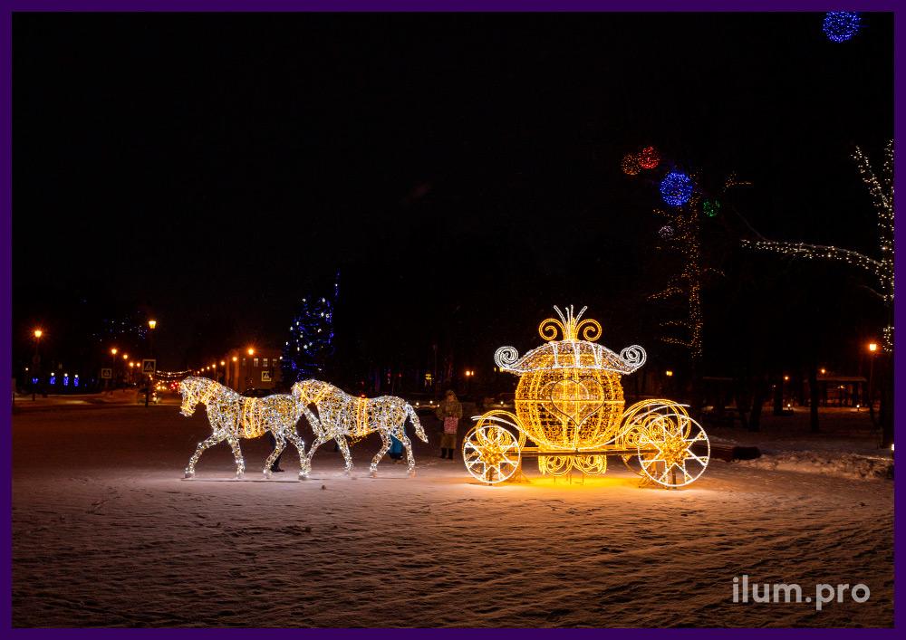 Новогодняя фотозона со светодиодными гирляндами на металлическом каркасе в форме кареты с лошадьми