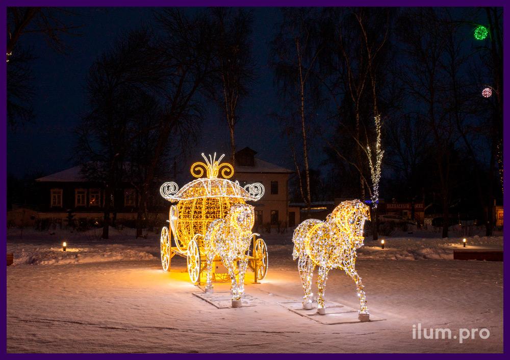 Карета с гирляндами на Новый год, пара белых лошадей с подсветкой белого цвета