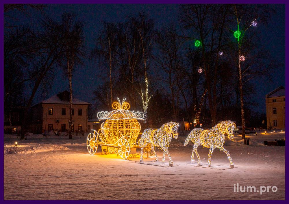 Новогодняя иллюминация в форме пары лошадей и кареты золотого цвета с белыми гирляндами и дюралайтом с блёстками