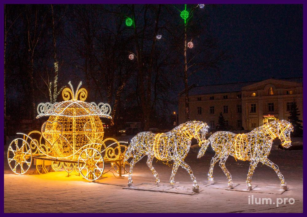 Украшение Суздаля светодиодной иллюминацией, фигура из гирлянд в виде кареты и пары белых лошадей