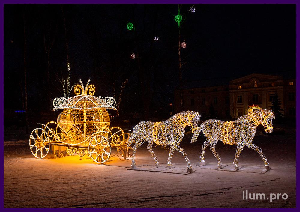 Светодиодная фотозона из лошадей и кареты с гирляндами на площади города на Новый год