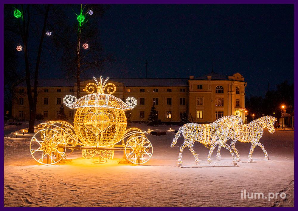 Большая светодиодная карета из гирлянд с парой лошадей для украшения городской площади Суздаля