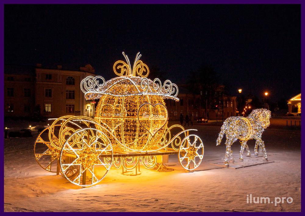 Украшение территории в Суздале светодиодной композицией из кареты и пары белых лошадей с гирляндами