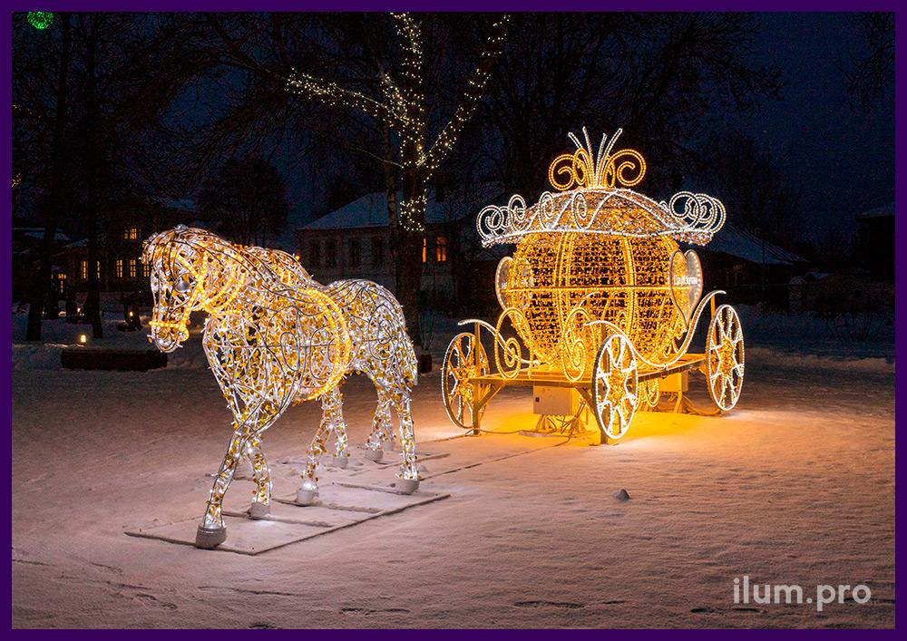 Новогоднее оформление территории в Суздале светодиодными фигурами лошадей и каретой с уличными гирляндами
