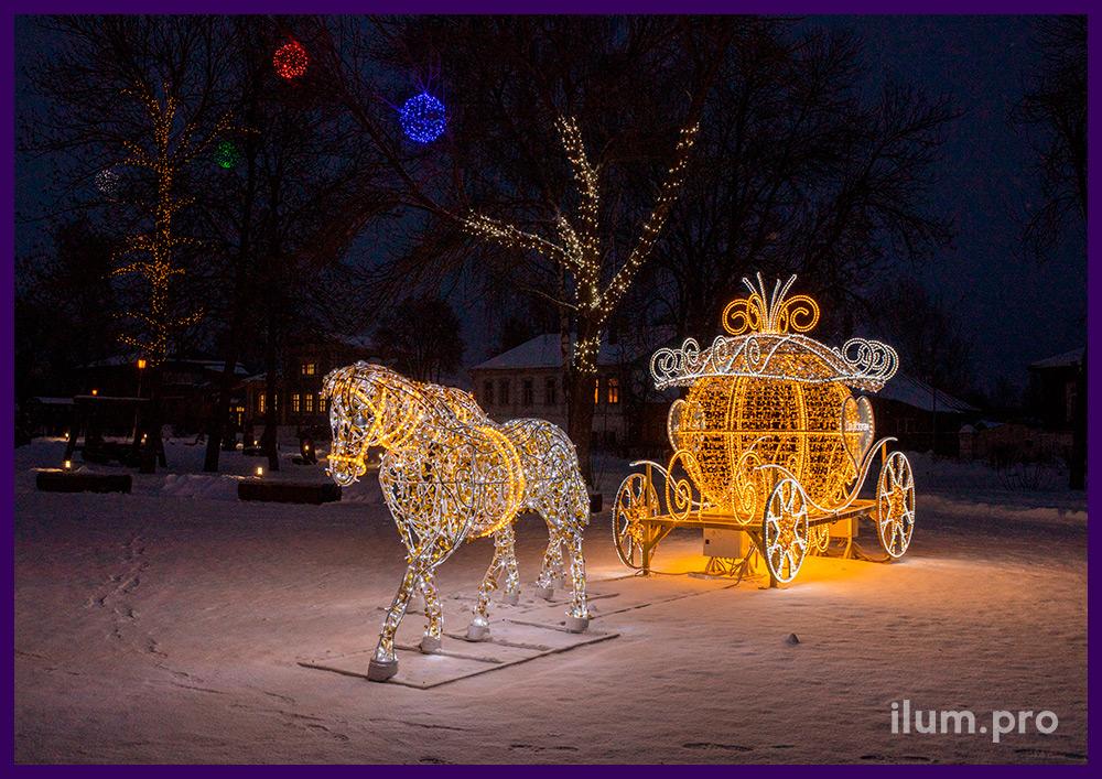 Новогодняя карета и пара лошадей из металлического каркаса и светодиодной иллюминации во Владимирской области