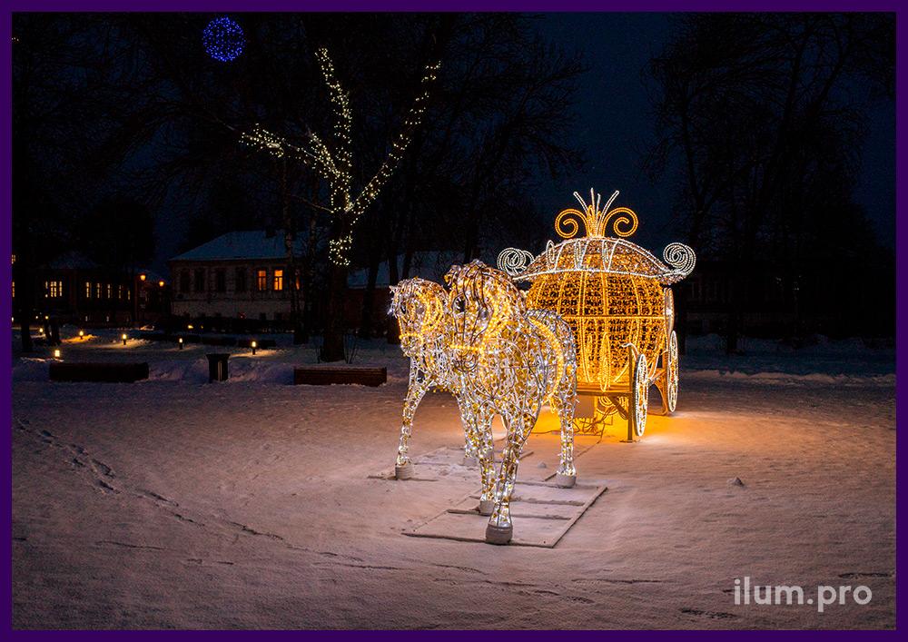 Уличная фотозона для новогоднего украшения площади с каретой и лошадьми из гирлянд разных цветов