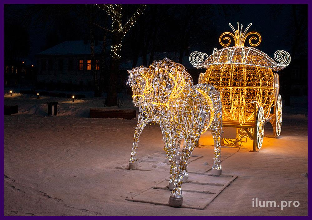 Украшение площади в Суздале светодиодной фигурой кареты и парой лошадей с гирляндами