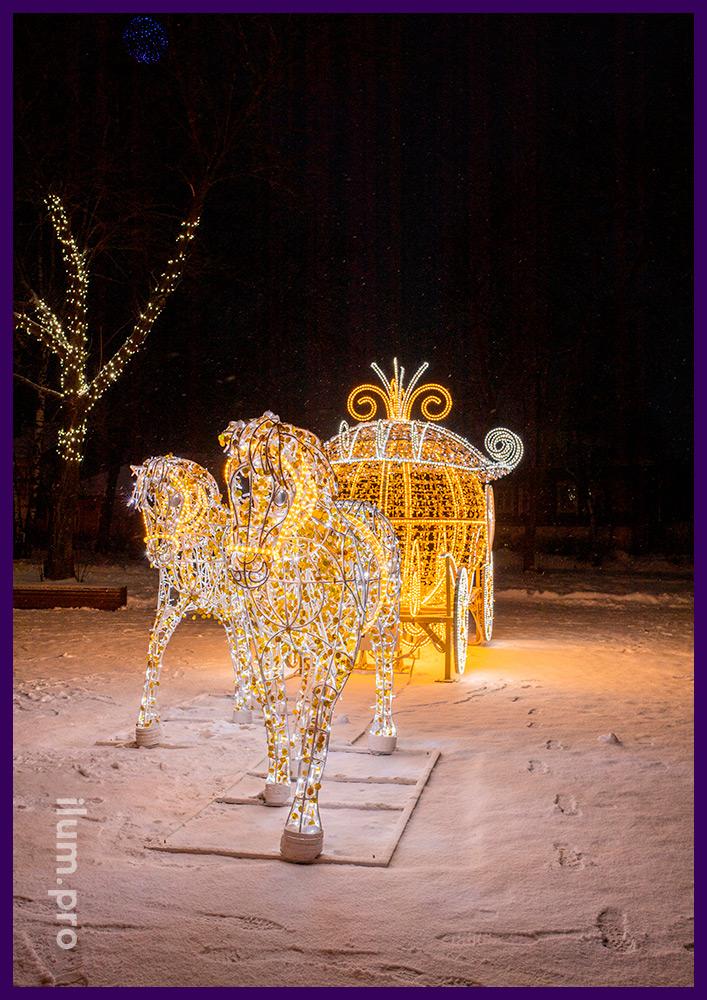 Лошади из светодиодных гирлянд и дюралайта и карета с логотипами из акрилайта в Суздале на Новый год