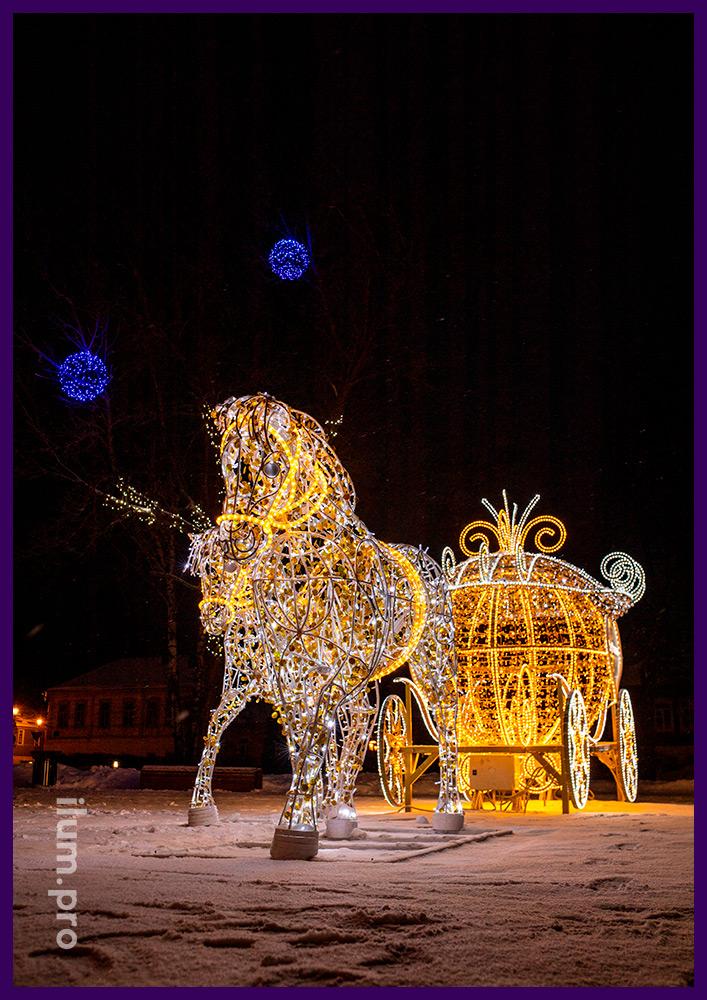 Разноцветная карета с гирляндами и дюралайтом и пара белых лошадей в Суздале на Новый год