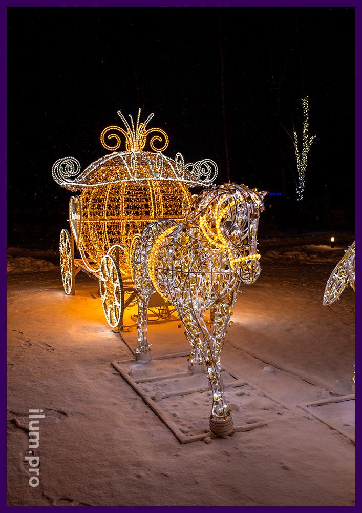 Новогодние декорации из гирлянд, блёсток и дюралайта для украшения площади в Суздале