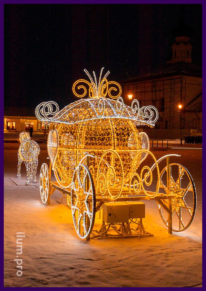 Украшение центральной площади декоративной композицией из гирлянд в форме кареты Золушки с лошадьми
