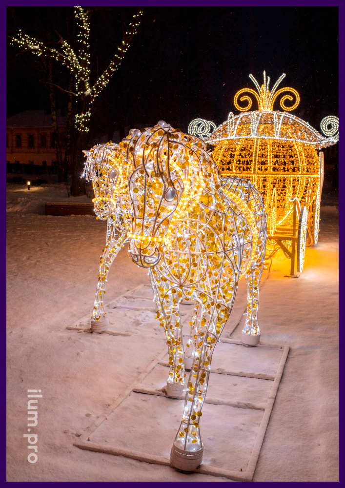 Золотая карета с парой белых лошадей с уличными гирляндами и дюралайтом на городской площади