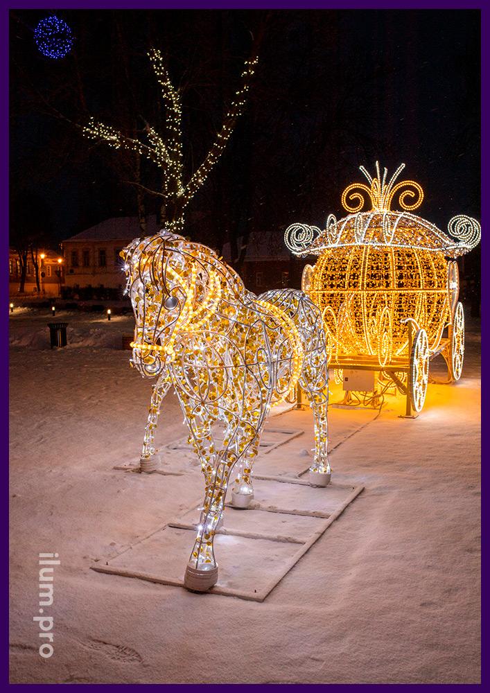Светодиодная фигура кареты и пара лошадей - новогодняя фотозона с гирляндами в Суздале