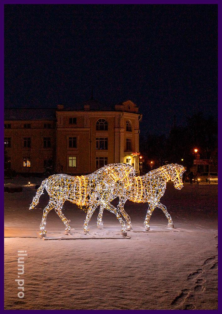 Белые металлические лошади и большая светодиодная карета для украшения города на новогодние праздники