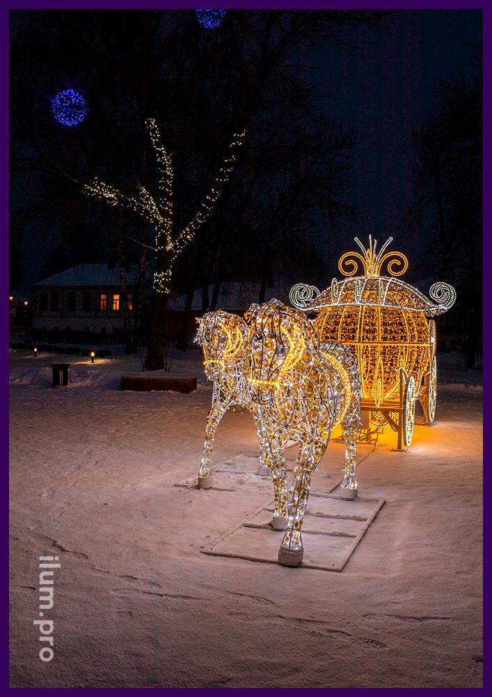 Карета со светодиодной подсветкой и логотипами из акрилайта, пара лошадей с гирляндами