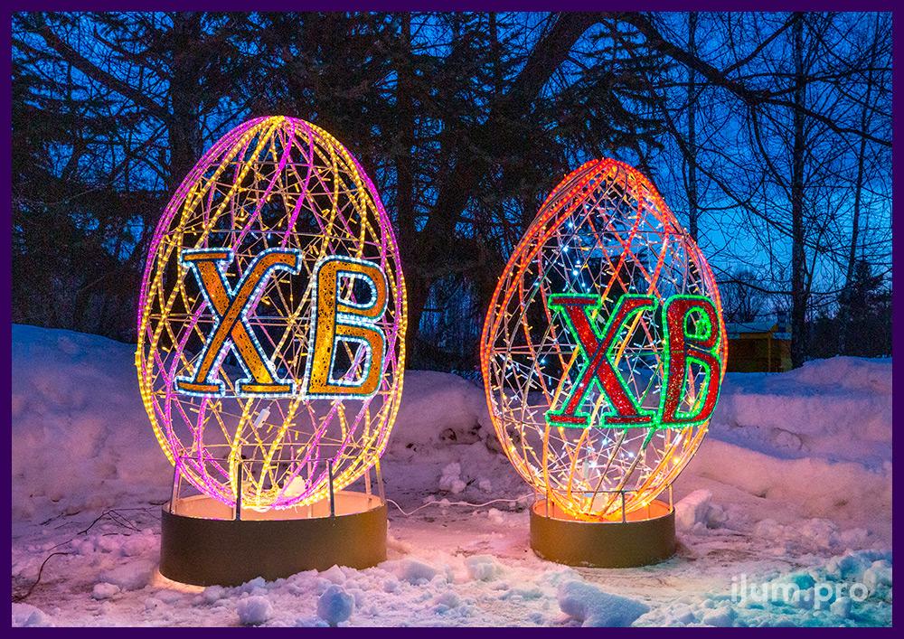 Яйца из алюминиевого каркаса и разноцветных гирлянд - пасхальная иллюминация