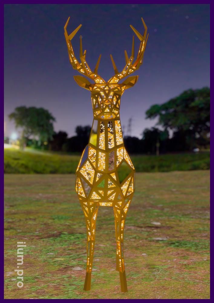Высокая полигональная фигура оленя из уличных гирлянд на зеркальном металлическом каркасе