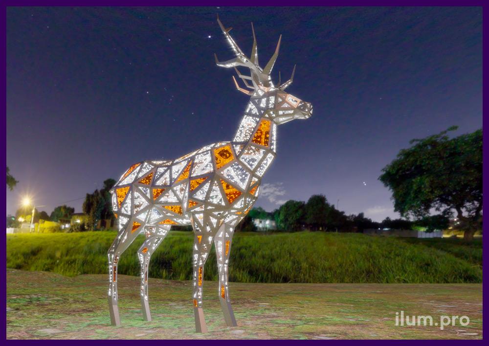 Новогодняя фигура оленя из светодиодных гирлянд и полигонального каркаса из крашеной стали