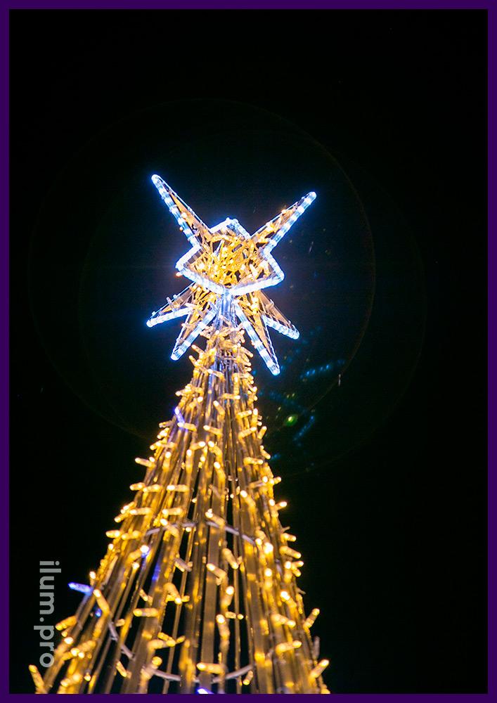 Подсветка территории ёлкой из металла с уличными гирляндами и матовым дюралайтом по контурам звёзд и на макушке