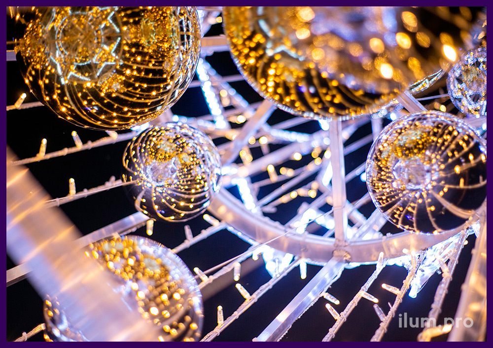 Украшение территории светящейся ёлкой из гирлянд и дюралайта на новогодние праздники в Подмосковье