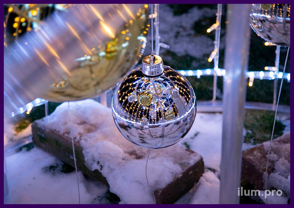 Декоративная ёлка с уличными гирляндами и контурами звёзд из матового дюралайта во дворе дома в Подмосковье
