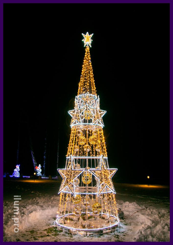 Звёзды светящиеся из дюралайта на светодиодной ёлке с гирляндами и пластиковыми шарами во дворе коттеджа