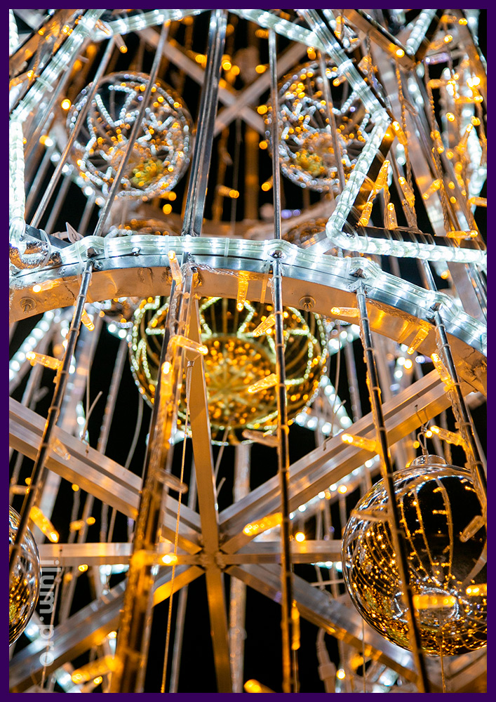Необычная новогодняя ёлка из светодиодного дюралайта, гирлянд и золотых шаров с макушкой в форме звезды